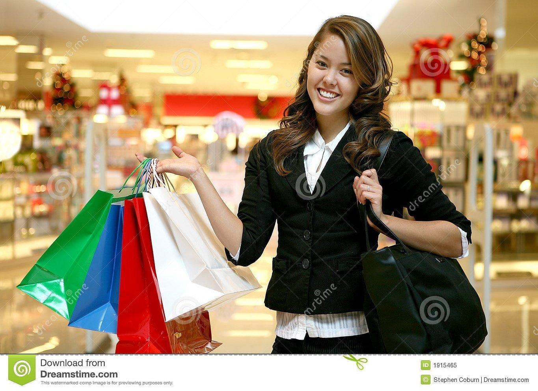 Девушка с пакетами покупок
