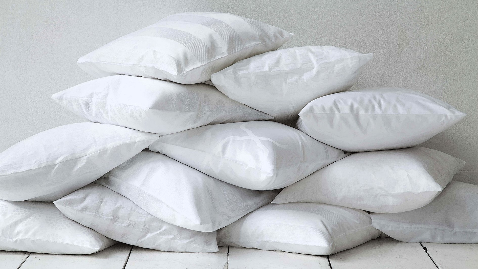 Перьевая подушка на белом фоне