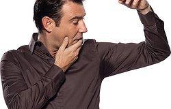 Белые пятна от дезодоранта: как справиться с надоедливыми разводами?
