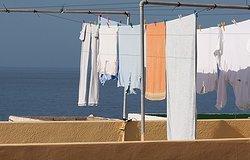 Белые разводы на одежде после стирки: что это и как избавиться?